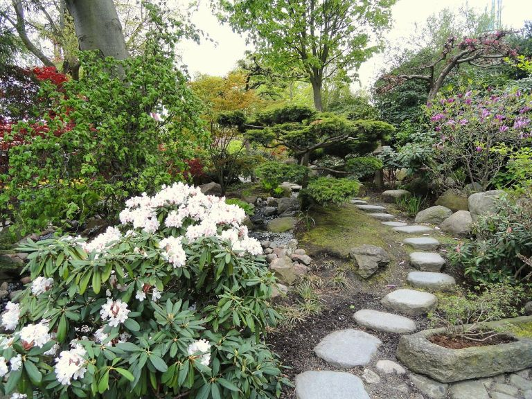 1280px-Garden_path_-_Tivoli_Gardens_(Copenhagen)_-_DSC08390
